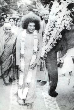 Sathya Sai Baba at Venkatagiri. Swami Karunyananda is behind Sai Baba