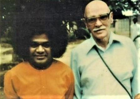 Howard Murphet with Sathya Sai Baba