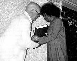 Howard Murphet presents his final book to Sathya Sai Baba